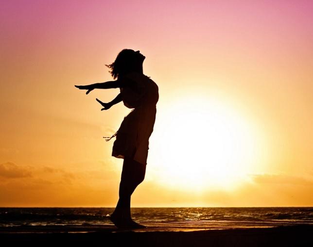 אישה בחוף הים